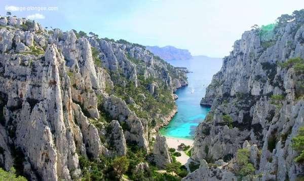 Voyage plongée - vu sur une plage de sable blanc des calanques à Marseille